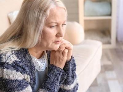 更年期女性想营养跟上?记住这五个注意事项,多喝水。