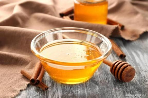 """天然""""安眠药"""",养颜助消化!可惜三种人碰不到。提醒一是一。  来电提醒是什么 网上药店安眠药 超级p57怎样服用 蜂蜜幸运草优酷 徐杰可惜不是你 姜末蜂蜜水 你就是我的安眠药 蜂蜜面膜的作用 蜂蜜水加醋 喝蜂蜜水美容祛斑吗 第7张"""