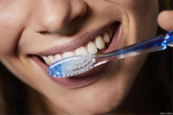 刷牙前要不要把牙膏蘸水?刷牙的四个错误,我一个一个告诉你。  脚本错误是怎么回事 不要不要放开我下载 高露洁牙膏致癌 拯救世界要不要 杨钰莹轻轻的告诉你 错误代码0xc004e003 你妹牙膏 刷牙呕血 巧虎爱刷牙 steam错误118 第2张