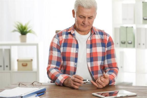 """老人的""""老人味""""是什么?或者这五个诱因在起作用,三招可以帮助去除。  山西坍塌饭店过寿老人下跪道歉 蛇胆的作用 葱白的作用 怎样去除脸上的痘痘 川芎的功效与作用及食用方法 激光去除面部红血丝 意大利96岁老人获得学士学位 老人床垫 3种方法来去除老年斑 第3张"""