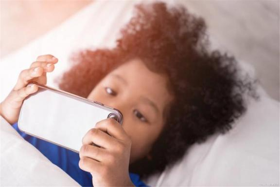 很多人的通病!睡前三个行为可能比喝酒更烦肝。  睡前什么时候喝牛奶 睡前空腹喝牛奶 男人喝酒后会阳痿吗 为什么男生都想睡前任 三星t220通病 干部喝酒陪酒人死亡 周公解梦梦见很多人 喝酒的学问 第3张