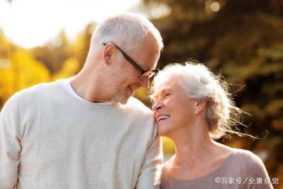 老人不配结婚?事实上,正常的夫妻生活对老年人有三个好处。  中老年人养生 富拉尔基生活网 我不配mv女主角 小夫妻生活 大爷迎娶非洲新娘 夫妻生活用品有哪些 老年人出现幻觉 中国好大爷 西班牙老人声嘶力竭控诉医院 夫妻生活出血怎么办 第3张