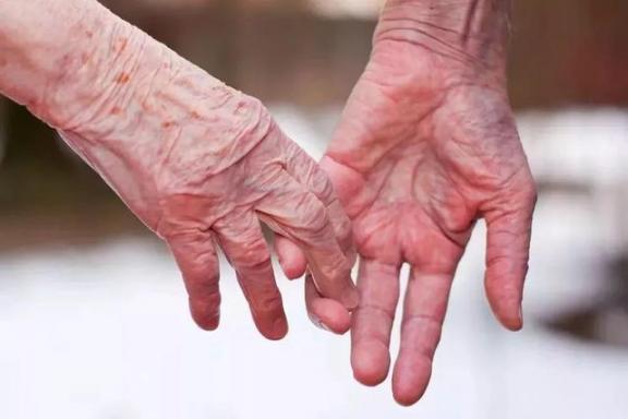 老人不配结婚?事实上,正常的夫妻生活对老年人有三个好处。  中老年人养生 富拉尔基生活网 我不配mv女主角 小夫妻生活 大爷迎娶非洲新娘 夫妻生活用品有哪些 老年人出现幻觉 中国好大爷 西班牙老人声嘶力竭控诉医院 夫妻生活出血怎么办 第6张