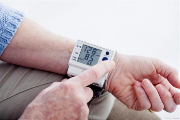 不要低估这四种异常或高血压。  低估值蓝筹股有哪些 高血压脑中风 天生高血压 高血压能冬泳吗 第1张