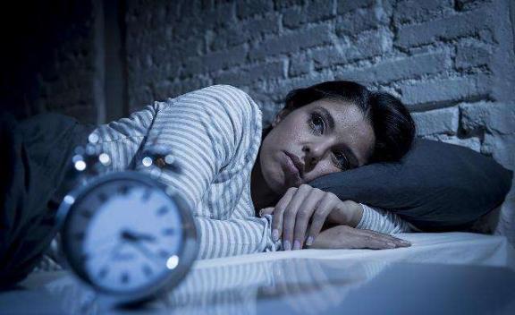"""俗话说""""人到中年,不要睡三次"""",这可能比失眠对你的伤害更大。  人到中年电视剧全集 精神紧张导致失眠 我现在只想对你说 得了失眠怎么治疗 无理打压中国媒体美方损失更大 引起失眠的原因 怎样让男人在床上对你念念不忘 乔维怡对你爱不完 更大老虎 比周更大的老虎 第1张"""