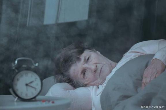 建议中老年人:睡不着,不要勉强抬起来,在枕头里塞上小植物,晚上睡得很香。  中老年人便秘 开灯睡觉会对身体造成伤害吗 茶叶枕头的好处 中国枕头网 勉强英文 笑傲江湖ol精力 孕妇晚上睡不着觉 银杏叶枕头 我要是丢了童贞就会死这件事 勉强歌词 第1张
