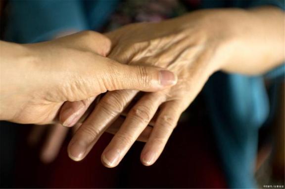 痛风发作只是关节痛,忍耐就行了吗?这四大致命危害,不能防止。  关节痛的原因 孕妇手指关节痛 致命枕边人 钛合金烤瓷牙的危害 李连杰致命摇篮 忍耐的最高境界 电脑辐射对皮肤的危害 致命速递3 kiss忍耐 大理石的危害 第2张