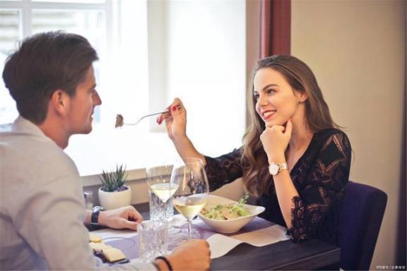 女性朋友吃饭要注意三件事,保养皮肤,衰老可能慢一步。  男子吃饭弄丢假牙 皮肤保养小窍门 明星如何保养皮肤 饥来吃饭困来眠 吃饭睡觉打丧尸 油性皮肤保养 第1张