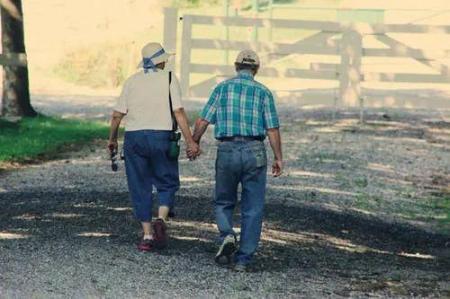 走路也是如此。有的人活的越来越久,有的人却从一场病中走出来!原因就在这里。  有的人阅读答案 世间没有一无所有的人 饭店过寿老人下跪 锻炼身体治疗早泄 耐克运动短裤 女孩归国隔离老人用望远镜探望 东方红运动网 为什么有的人长不胖 走路比站着耗费体力吗 第一爱的人 第2张