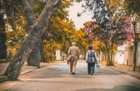 走路也是如此。有的人活的越来越久,有的人却从一场病中走出来!原因就在这里。  有的人阅读答案 世间没有一无所有的人 饭店过寿老人下跪 锻炼身体治疗早泄 耐克运动短裤 女孩归国隔离老人用望远镜探望 东方红运动网 为什么有的人长不胖 走路比站着耗费体力吗 第一爱的人 第5张