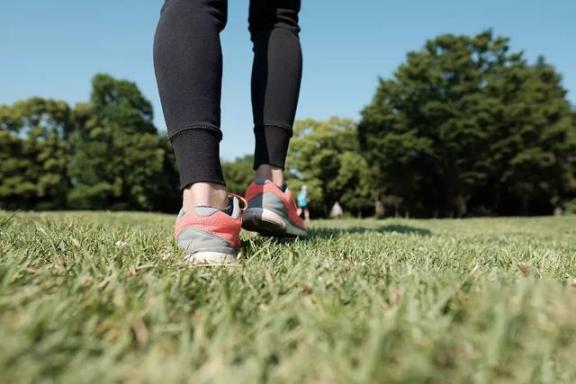 走路也是如此。有的人活的越来越久,有的人却从一场病中走出来!原因就在这里。  有的人阅读答案 世间没有一无所有的人 饭店过寿老人下跪 锻炼身体治疗早泄 耐克运动短裤 女孩归国隔离老人用望远镜探望 东方红运动网 为什么有的人长不胖 走路比站着耗费体力吗 第一爱的人 第6张