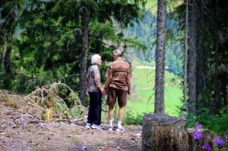 走路也是如此。有的人活的越来越久,有的人却从一场病中走出来!原因就在这里。  有的人阅读答案 世间没有一无所有的人 饭店过寿老人下跪 锻炼身体治疗早泄 耐克运动短裤 女孩归国隔离老人用望远镜探望 东方红运动网 为什么有的人长不胖 走路比站着耗费体力吗 第一爱的人 第7张