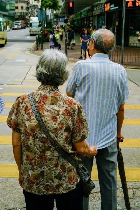 走路也是如此。有的人活的越来越久,有的人却从一场病中走出来!原因就在这里。  有的人阅读答案 世间没有一无所有的人 饭店过寿老人下跪 锻炼身体治疗早泄 耐克运动短裤 女孩归国隔离老人用望远镜探望 东方红运动网 为什么有的人长不胖 走路比站着耗费体力吗 第一爱的人 第8张