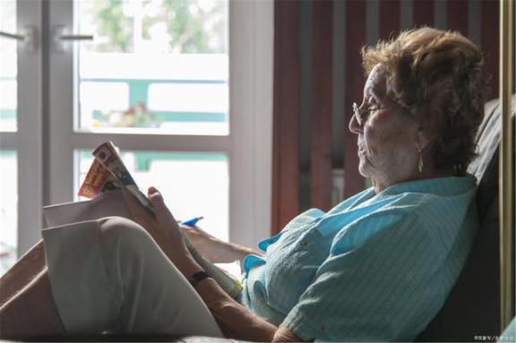 """老年痴呆症要""""敲门""""?可能是生活中的这四个坏习惯造成的,最好戒掉。  享受生活中的惊喜 您可能是盗版软件的受害者 当幸福来敲门的时候 当幸福来敲门剧情介绍 真爱来敲门 第1张"""