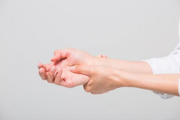 腱鞘囊肿并不可怕,但不要掉以轻心,要及时治疗。  怎么治疗痛经 手部腱鞘囊肿 内痔疮的最佳治疗方法 中医治疗腰椎间盘突出症 第2张